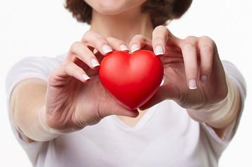 Foto de Jovem Mulher Segurando Coração Forma e mais fotos de stock de 20 Anos