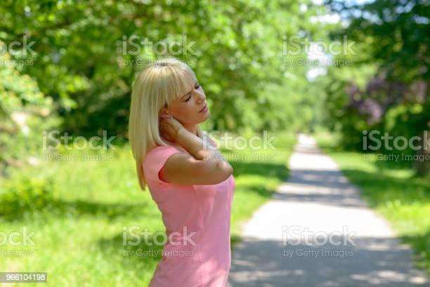 Ung Kvinna Som Håller Hennes Skadade Nacken-foton och fler bilder på Aktiv livsstil