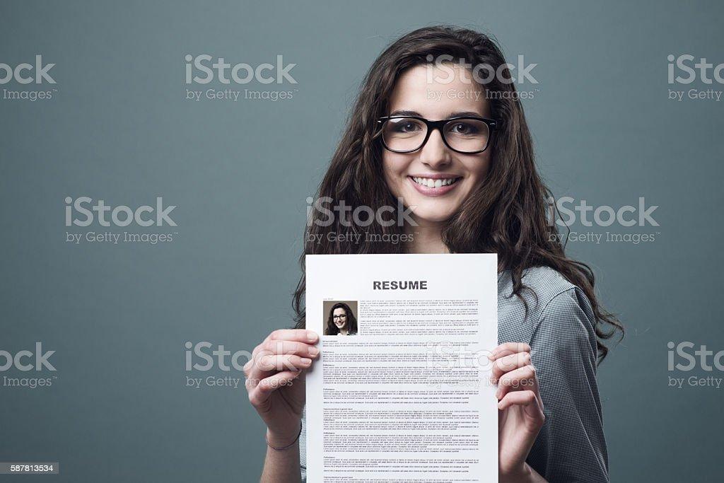 Jovem mulher segurando seu currículo foto royalty-free