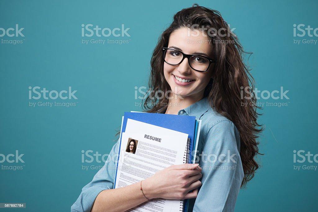 Jovem mulher segurando seu currículo foto de stock royalty-free