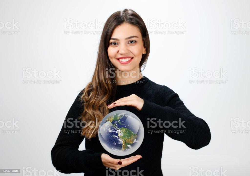 Jovem mulher segurando o planeta Terra - foto de acervo