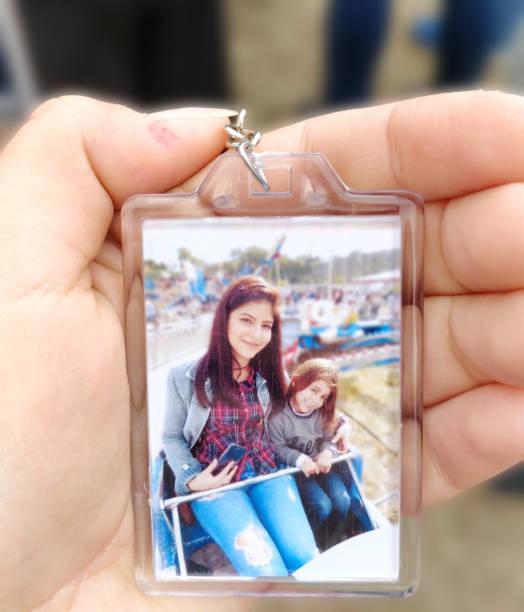 Jovem mulher segurando a foto polaroid - foto de acervo
