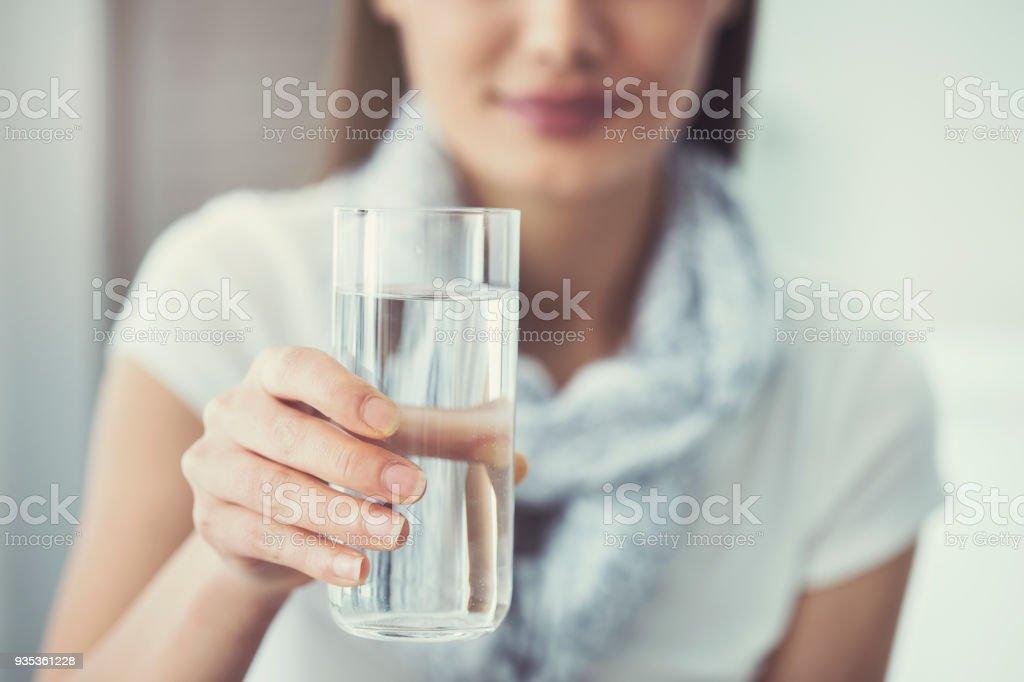 Jeune femme tenant un verre pur de l'eau - Photo