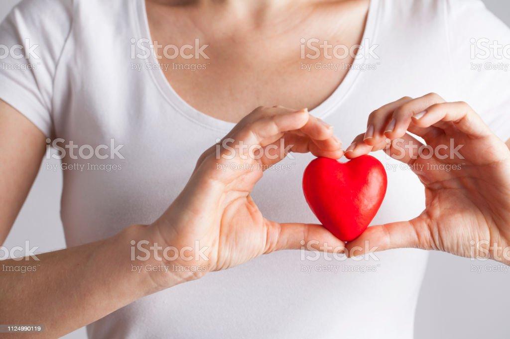 Junge Frau mit roten Herzen, Krankenversicherung, Spende, Liebe Konzept – Foto