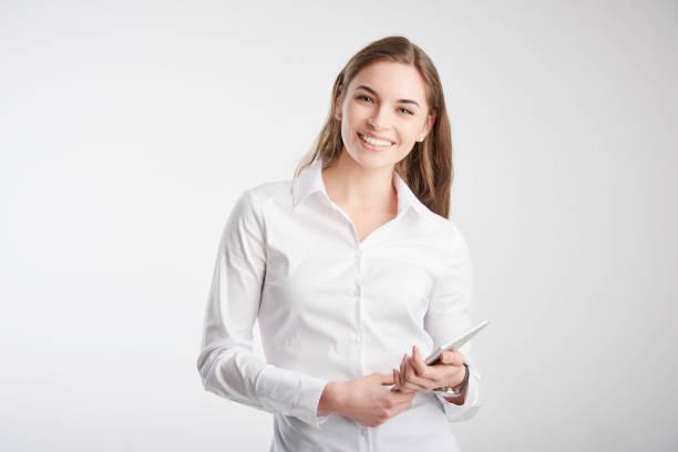 Junge Frau hält Touchpad in der Hand – Foto