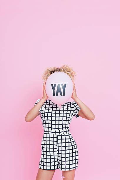 junge frau festhalten yeah balloon - frisuren 2016 frauen stock-fotos und bilder