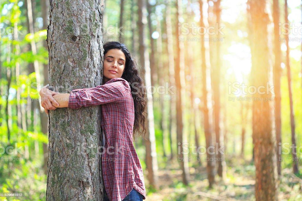 Junge Frau umarmen Baum im Wald – Foto
