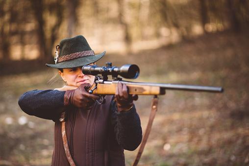 Junge Frau Die Jagd Stockfoto und mehr Bilder von Abenteuer