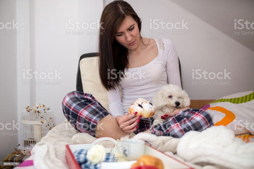 Junge Frau in einem Bett. - Lizenzfrei Behaglich Stock-Foto