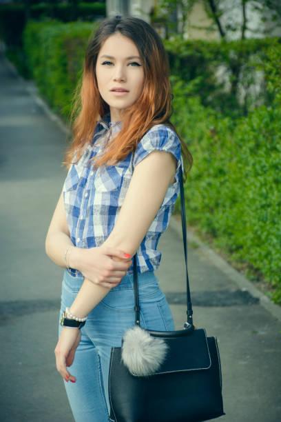 junge frau in einem blauen bluse in einem frühlingstag - rüschenbluse stock-fotos und bilder