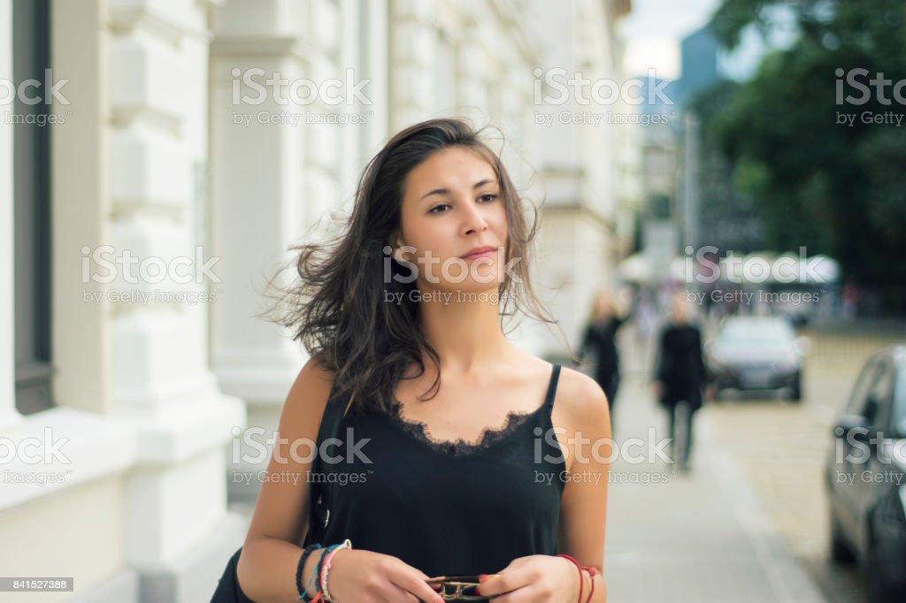 Jovem mulher em uma rua da cidade - foto de acervo