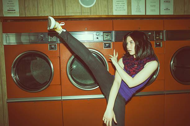 junge frau in einem waschsalon - chinese wäscherei stock-fotos und bilder
