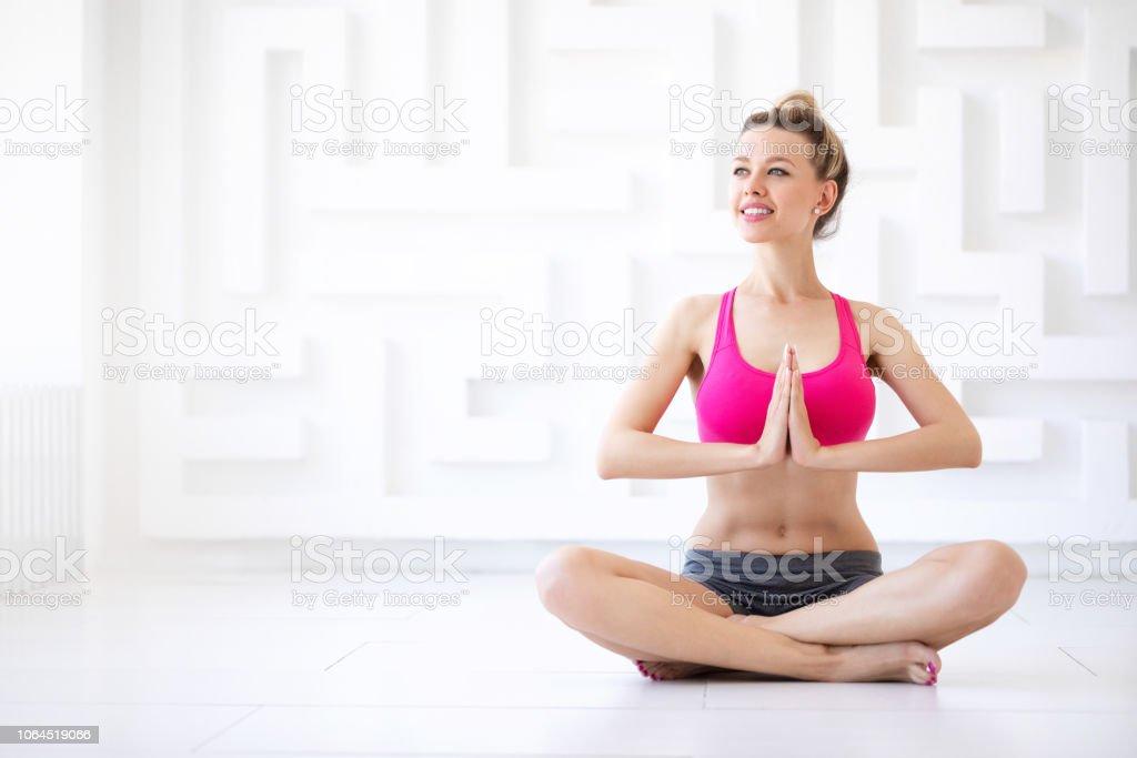Jeune femme en position du lotus. - Photo