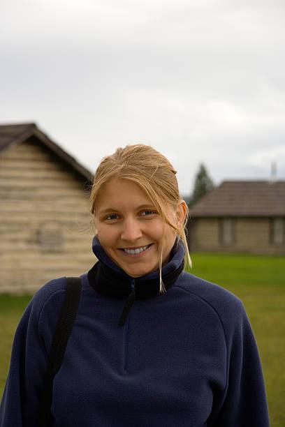 junge frau in einer ländlichen landschaft - fleecepullover stock-fotos und bilder