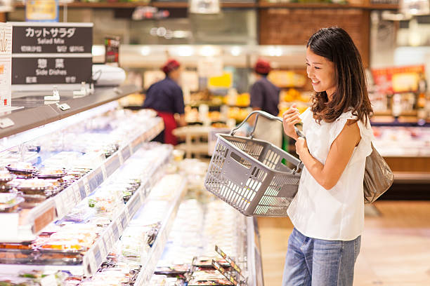 若い女性にて、スーパーマーケットのデリ」のセクション - スーパーマーケット 日本 ストックフォトと画像