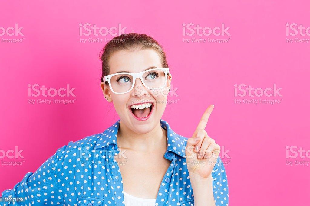 Junge Frau in eine durchdachte pose – Foto