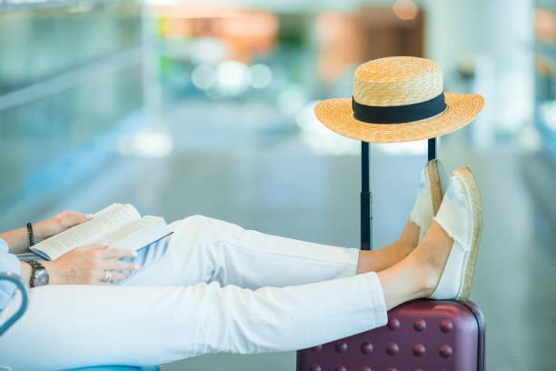 Junge Frau in einer Flughafen-Lounge wartet auf Landung – Foto