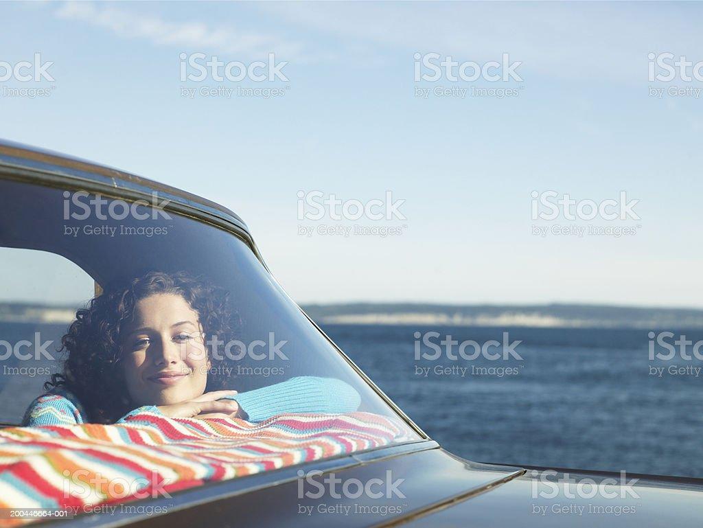 Junge Frau im Rücksitz des Autos am Meer, Blick auf – Foto