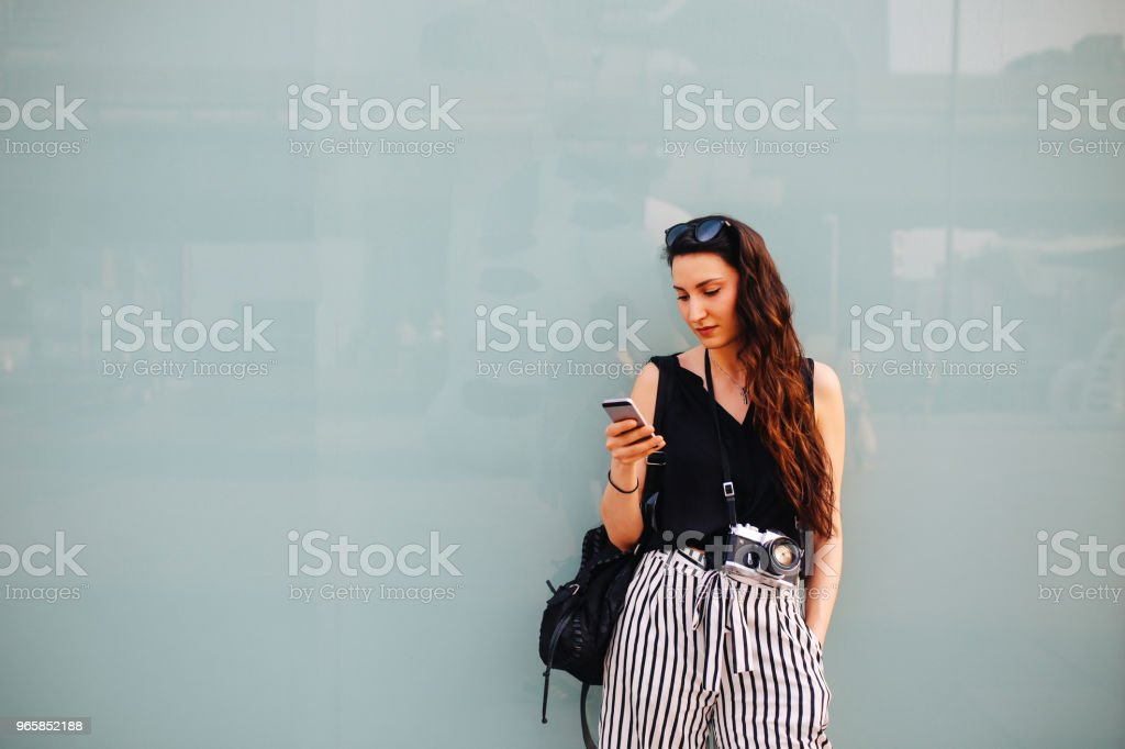 Young woman in Bangkok downtown district, texting on her cellphone - Royalty-free Adult Stock Photo