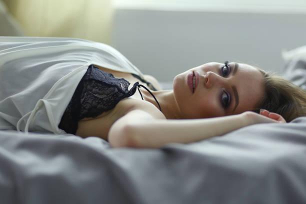 Junge Frau im Bett – Foto