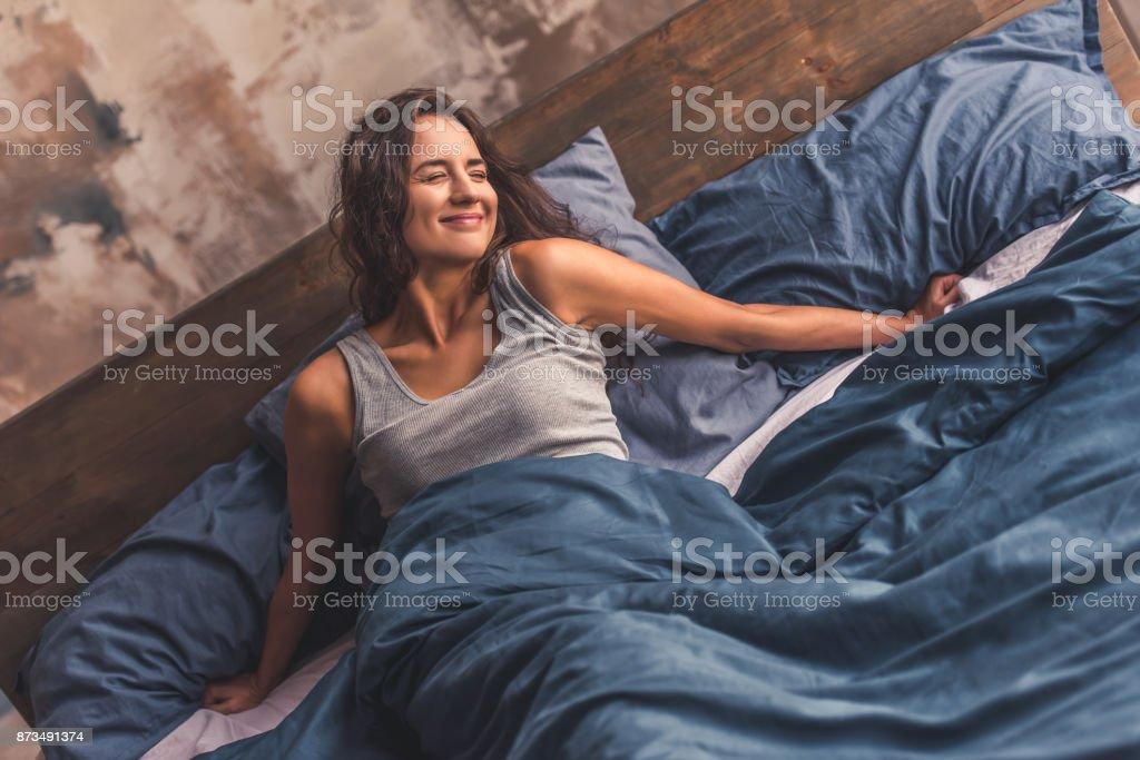 Mujer joven en la cama - foto de stock