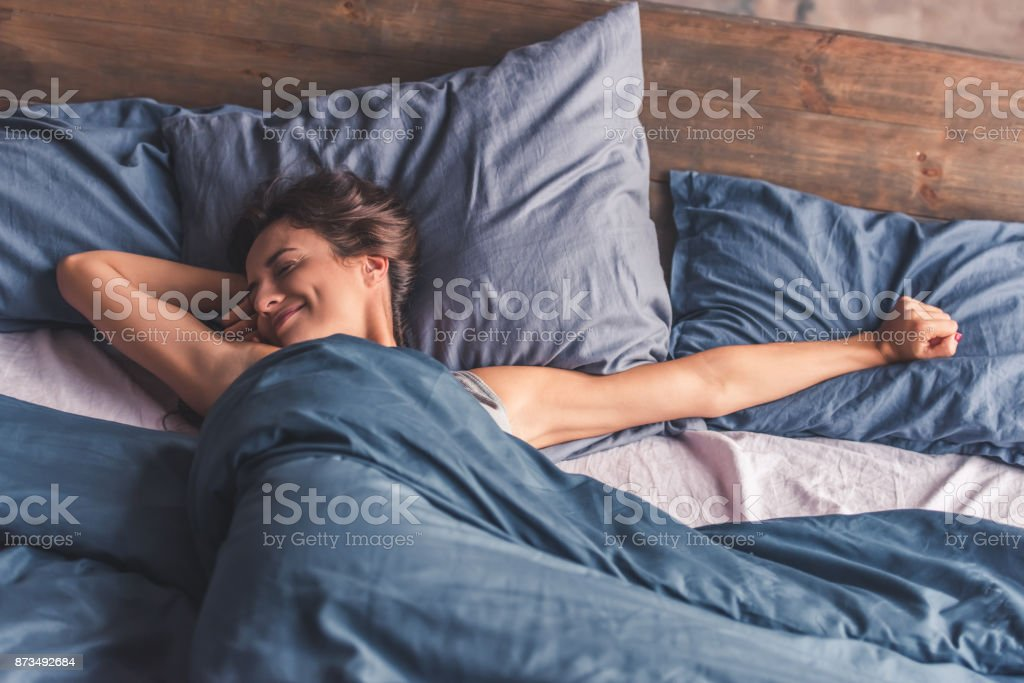 Young woman in bed - fotografia de stock