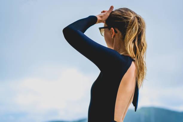 Mujer joven en bikini en la isla tropical - foto de stock
