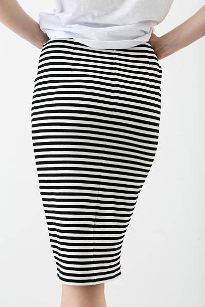 junge frau in schwarz und weiß - lange gestreifte röcke stock-fotos und bilder