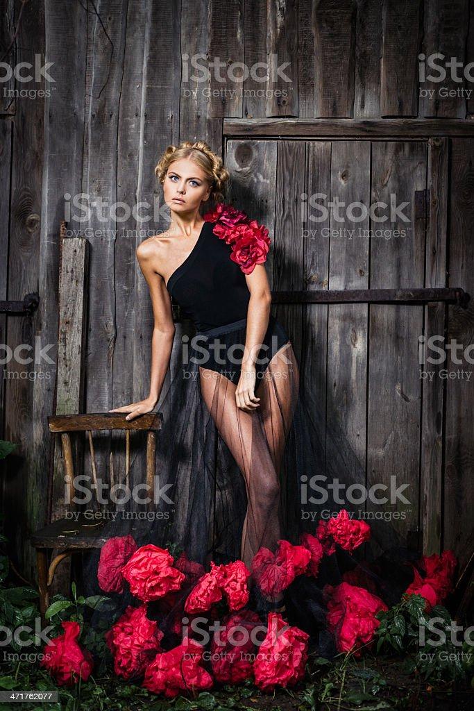 Молодая женщина в черном платье с цветами стоковое фото