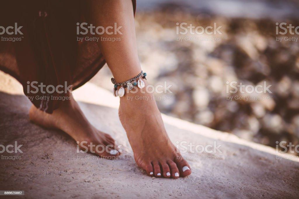 Genç kadın gümüş boho stil giyen içinde ayak bileği kelepçesi stok fotoğrafı