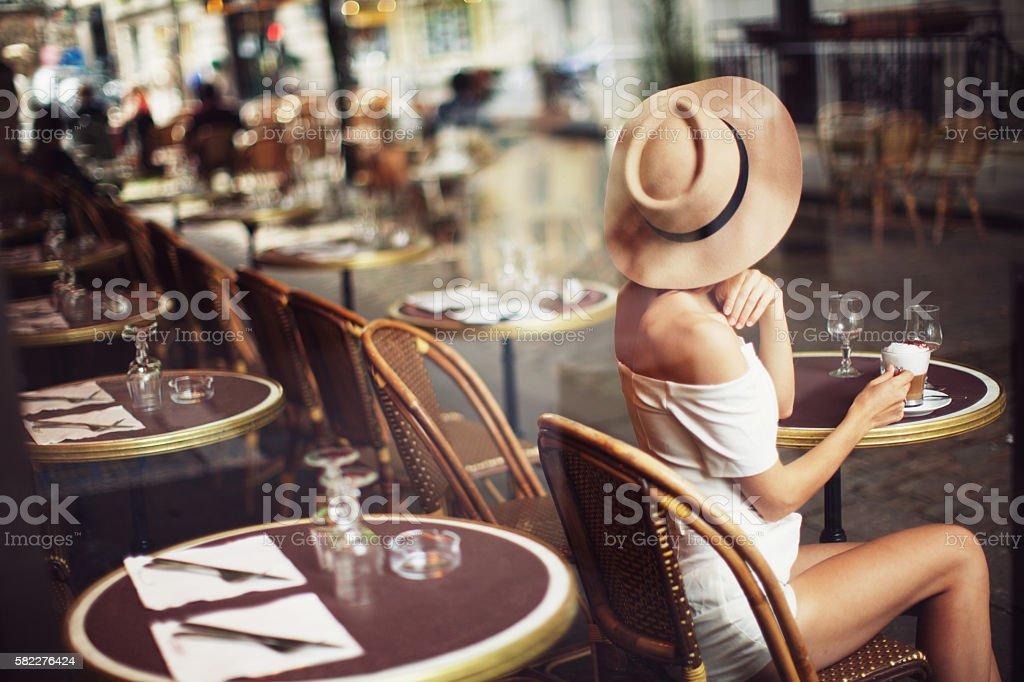 Jovem mulher no Cafe  - foto de acervo