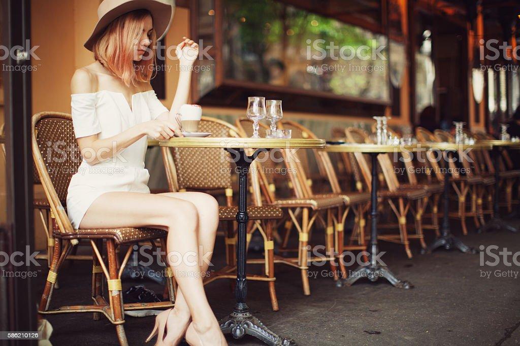 Mujer joven en Cafe  - foto de stock