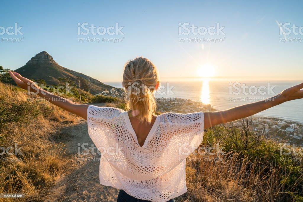 뻗은 산 팔 위에 케이프 타운에 있는 젊은 여자 royalty-free 스톡 사진
