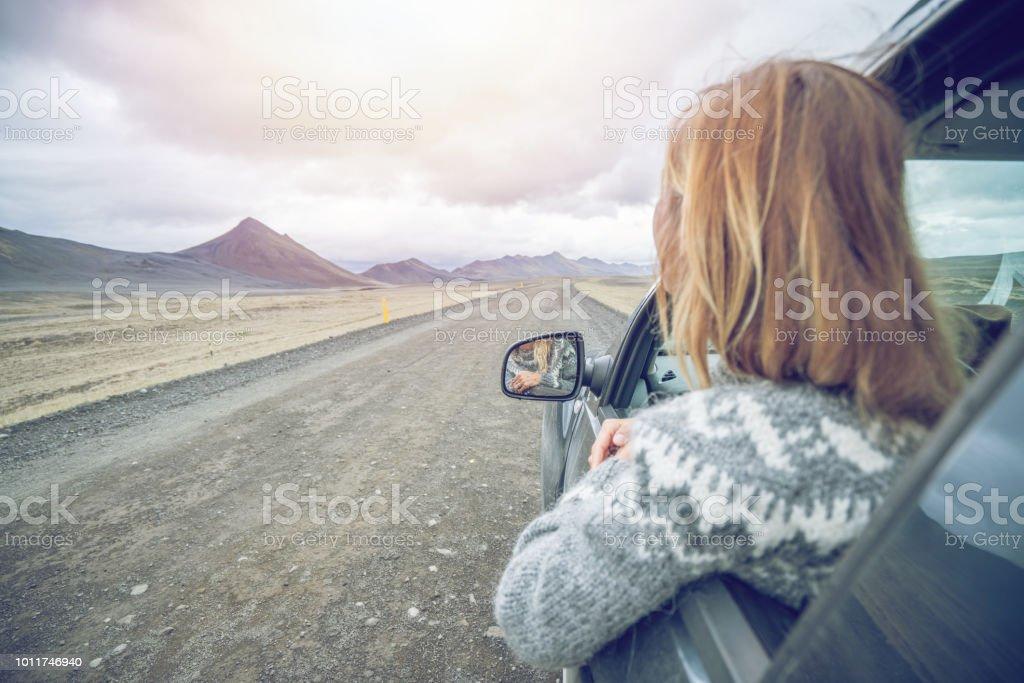 Junge Frau im Auto bei Road, Road Trip Konzept Urlaub suchen – Foto