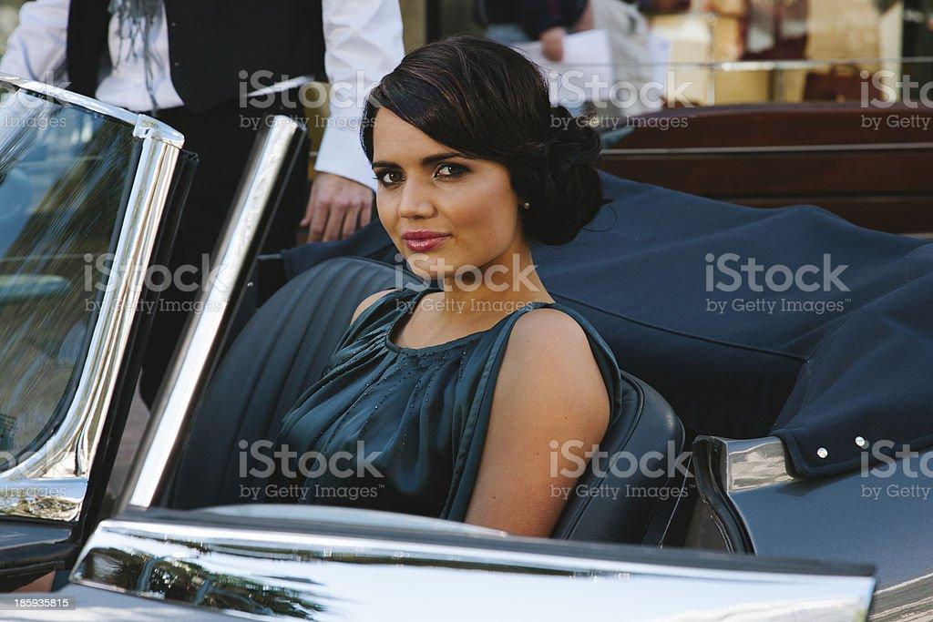 Jovem mulher no carro - foto de acervo