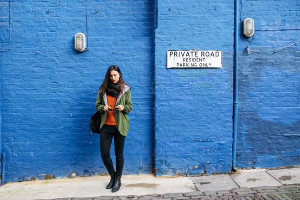 jonge vrouw in centraal londen, notting hill district - zwarte spijkerbroek stockfoto's en -beelden