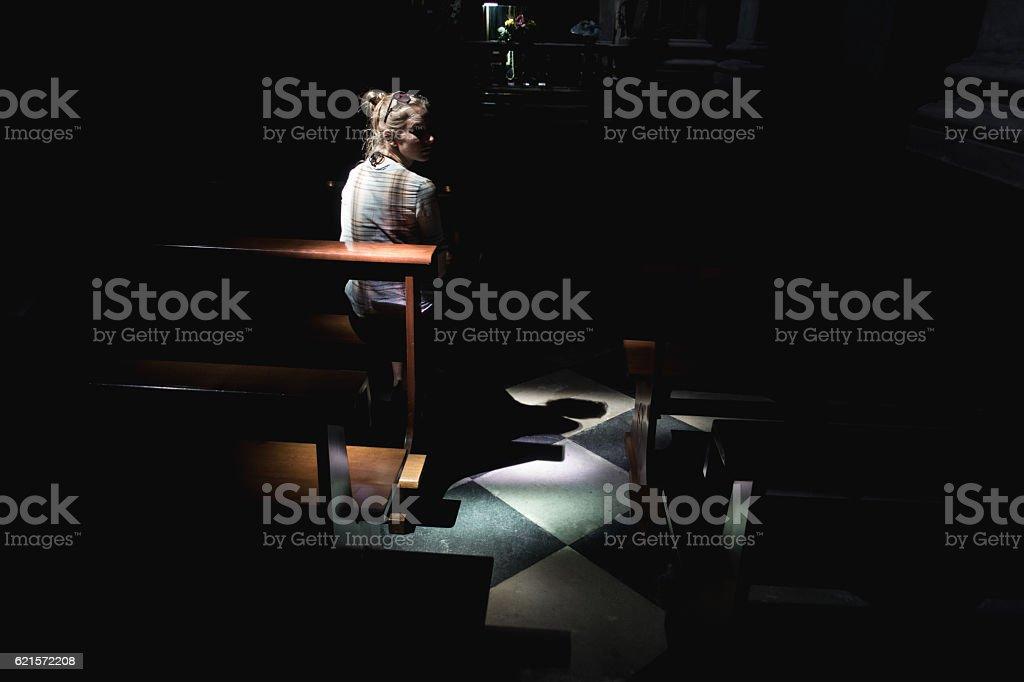 Jeune femme dans l'église photo libre de droits