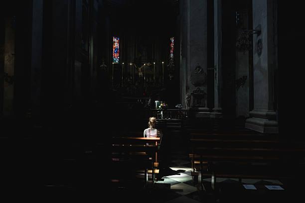 Junge Frau in der Kirche – Foto
