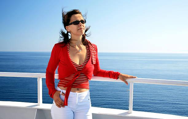 Junge Frau in-Innenjacke mit Meer im Hintergrund – Foto