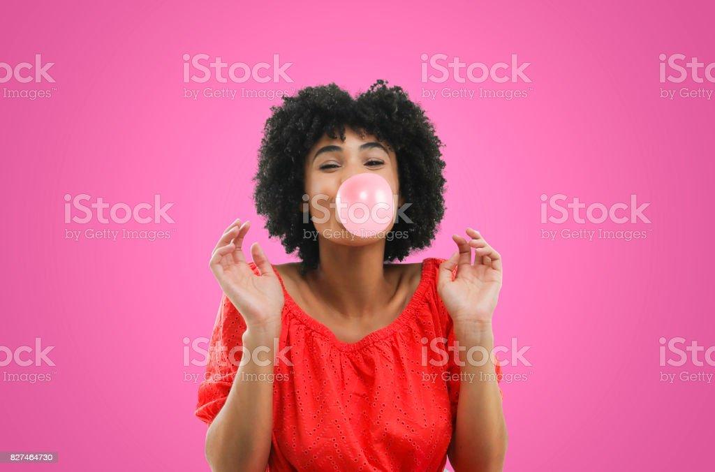 Jeune femme en robe soufflant des bulles - Photo