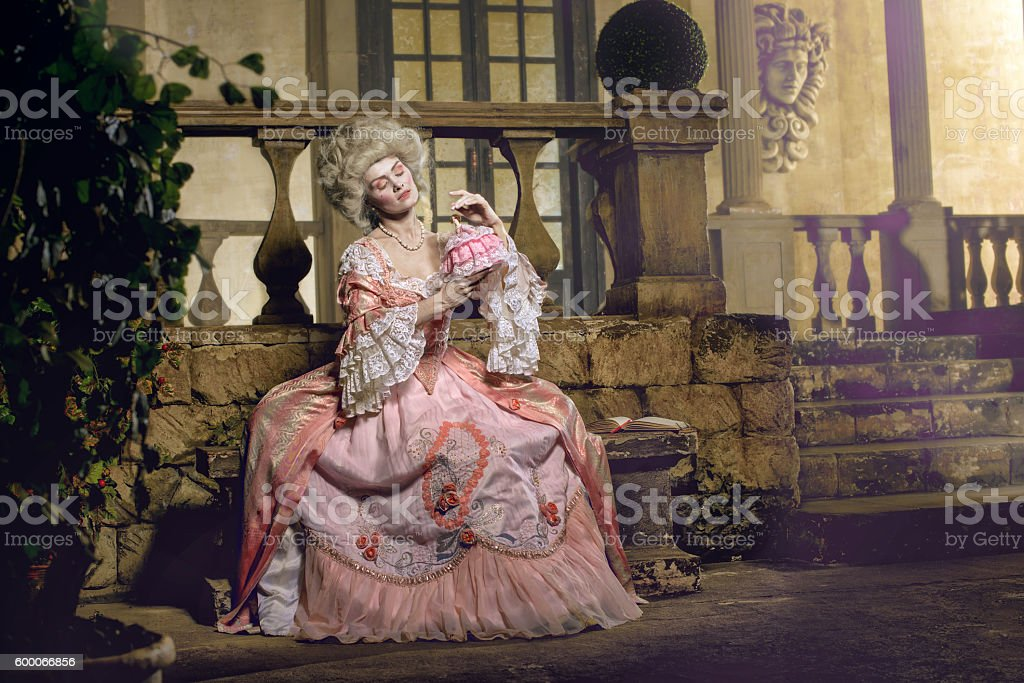 Young woman in eighteenth century image posing at vintage exterior - foto de acervo