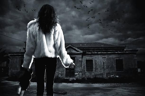 Junge Frau vor einer haunted house – Foto
