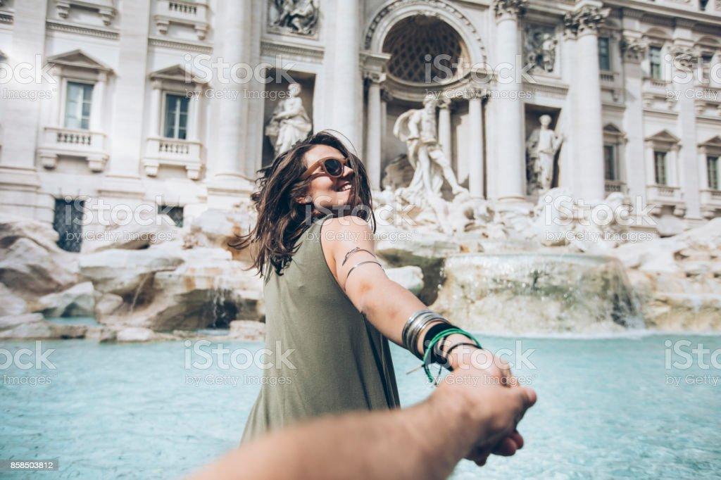 Mujer joven frente a Fontana de Trevi foto de stock libre de derechos