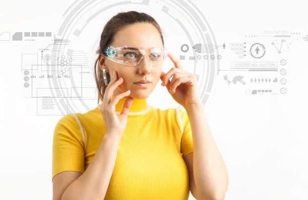Junge Frau in futuristischem Hintergrund mit virtueller holographischer Brille – Foto