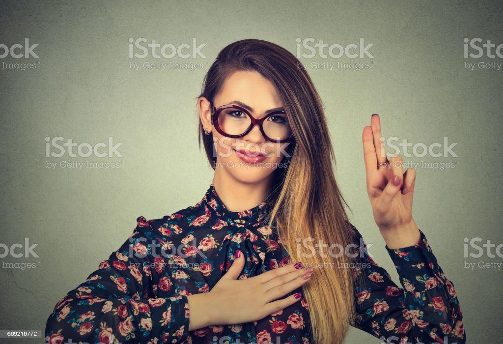 Bir söz yapma gözlüklü genç kadın stok fotoğrafı