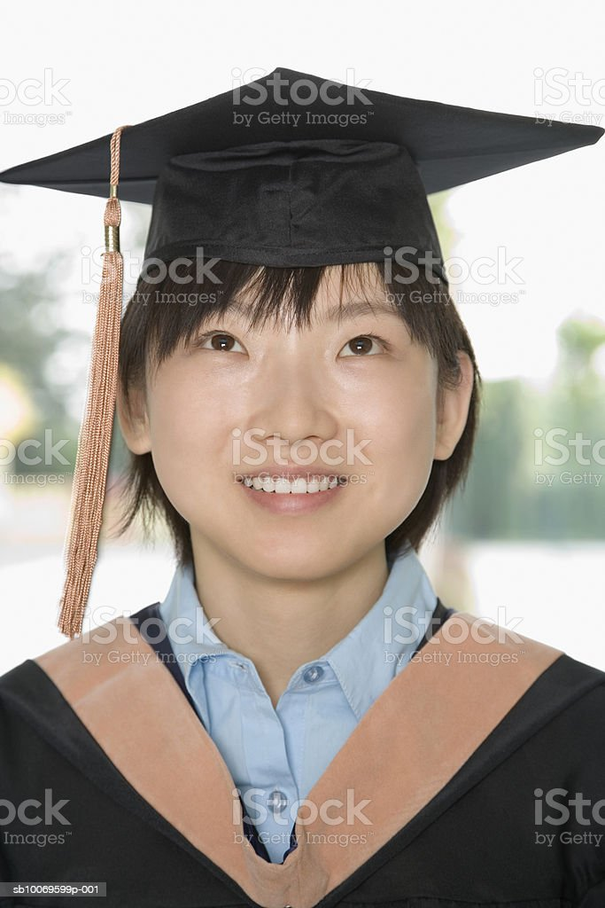 Young woman in graduation gown, close-up foto de stock royalty-free