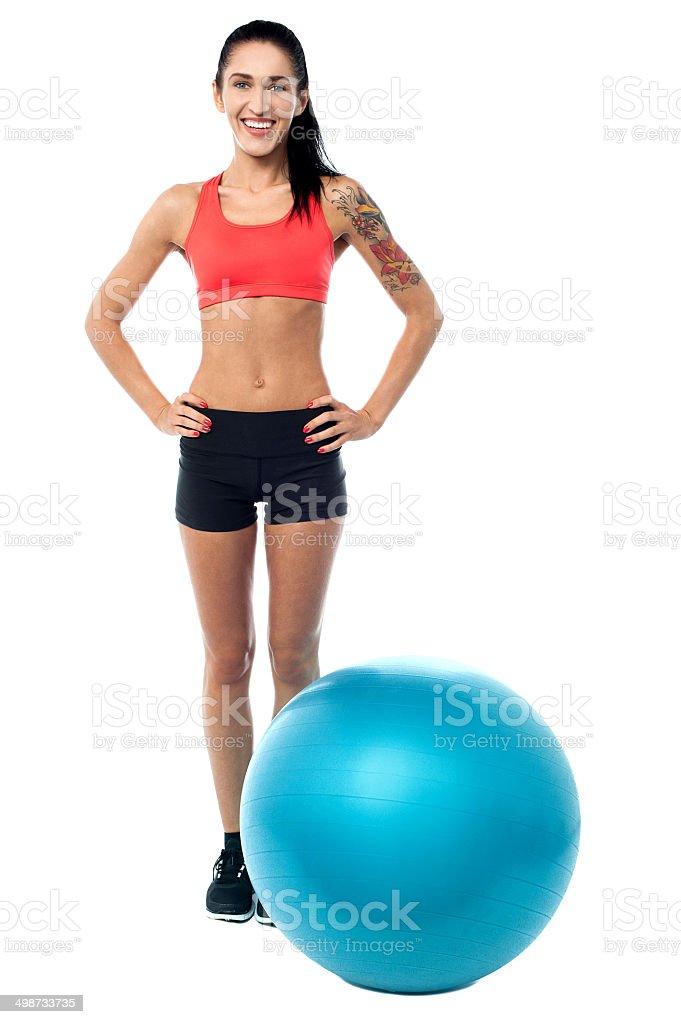 Mujer joven en traje de gimnasio con pelota de ejercicio foto de stock  libre de derechos 309f0cce4270