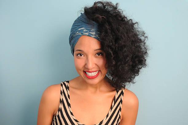 giovane donna con foulard - foulard copricapo foto e immagini stock