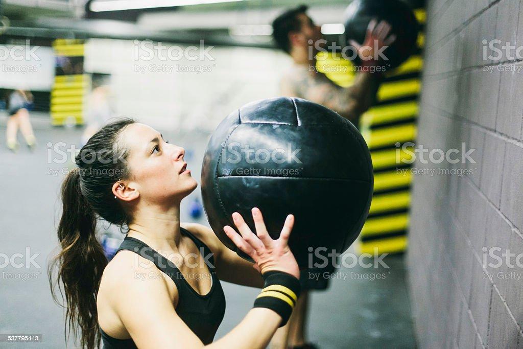 Junge Frau in fitness-Training mit hoher Intensität. – Foto