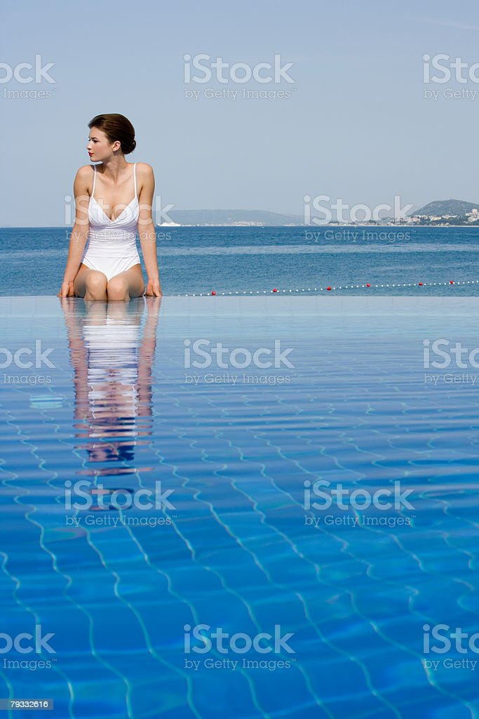 Young woman in infinity pool royalty-free 스톡 사진